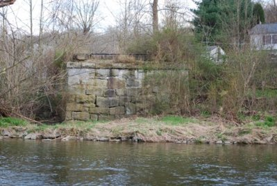 Remaining east abutment at Porters, April 2009